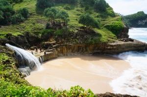 Pantai Banyutibo dengan air terjun yang terjun langsung ke laut