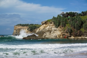 Pantai Klayar dengan ombak besarnya