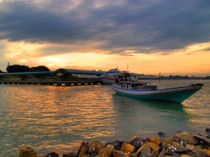 Mendung yang berkolaborasi dengan sinar matahari pagi di pelabuhan Kartini jepara