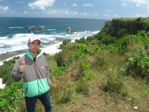 Narsis dulu latar belakang pantai Buyutan