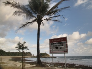 Papan peringatan bahaya di pantai Klayar