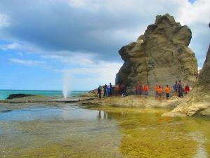 penampakan semburan 'seruling laut' di pantai Klayar