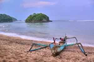Perahu nelayan yang sedang bersandar