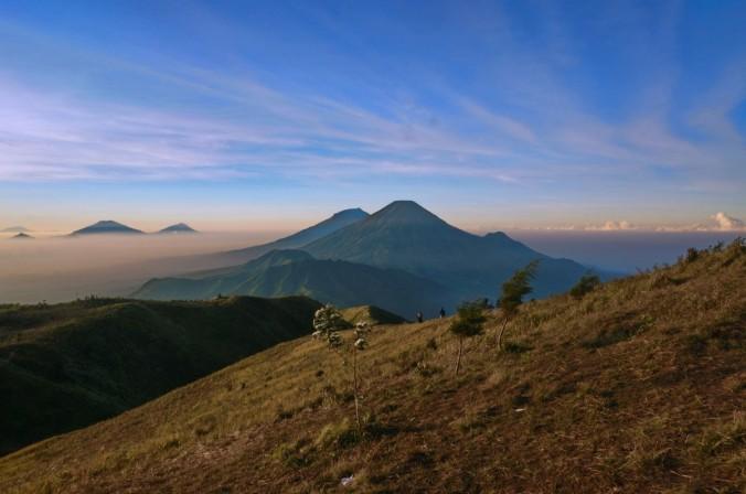 Pemandangan Gunung Prau di pagi hari
