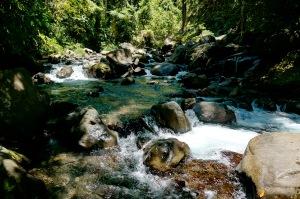 menyeberangi  aliran sungai yang lumayan deras